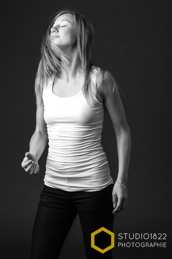 Photographe Lille photo de jeune femme lors d'un shooting privé en studio