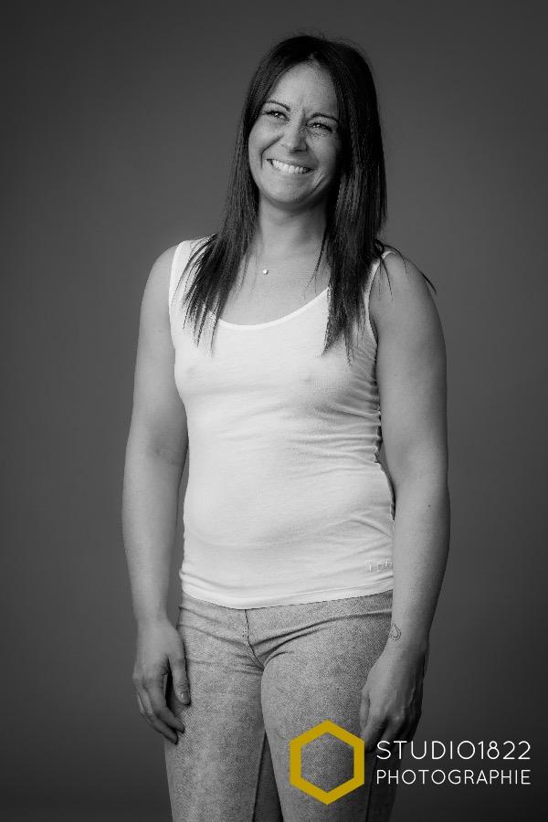 Photographe Lille Portrait noir et blanc d'une jeune femme en débardeur blanc