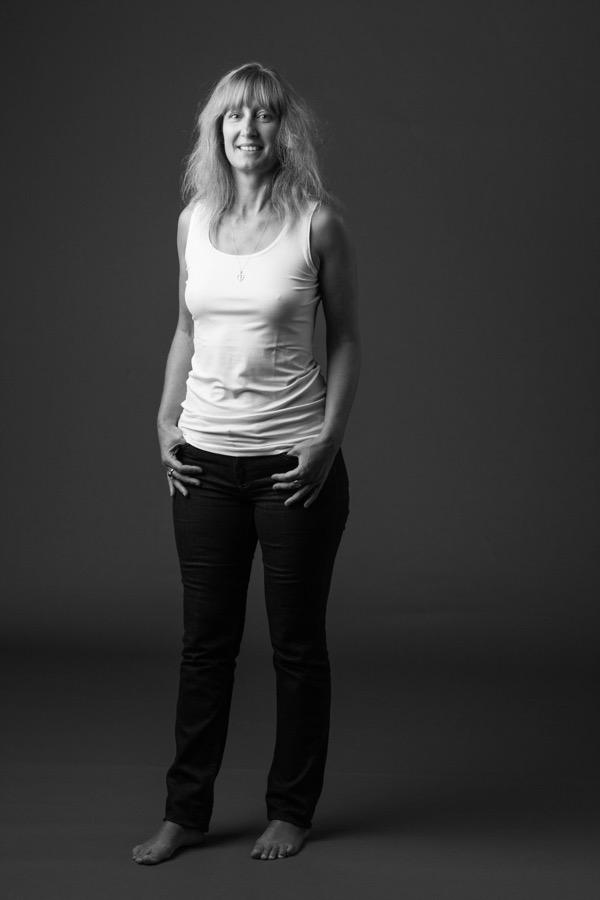 portrait en studio d'une jeune femme souriante, en noir et blanc