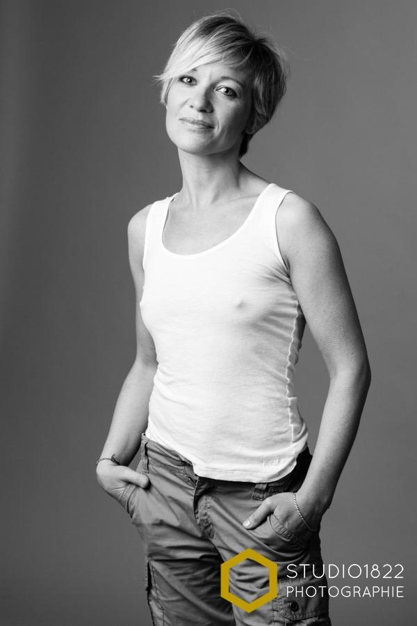portrait en noir et blanc d'une jeune femme à l'aube de ses quarante ans
