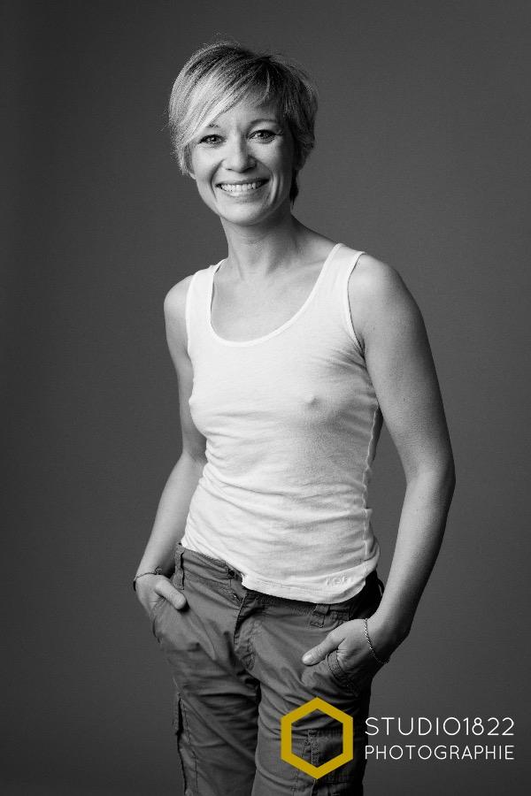 Portrait photo décontracté en studio