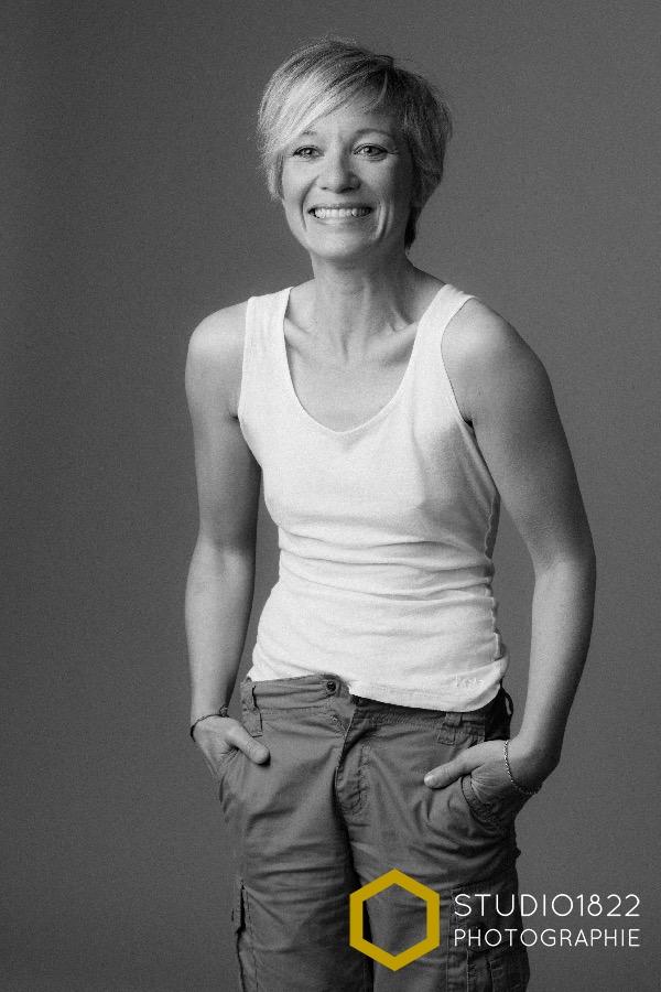 Photo de femme souriante par photographe de portait à Lille