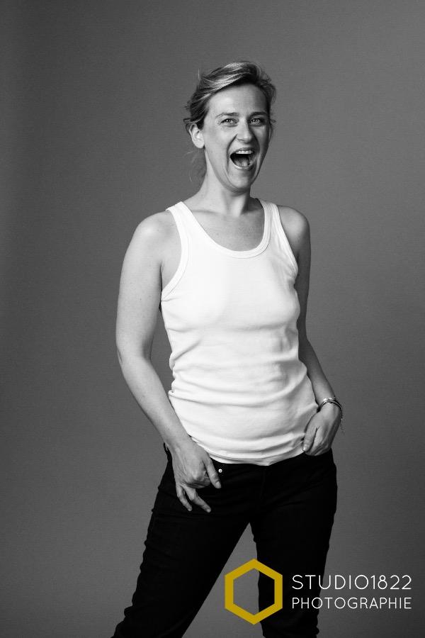 shooting photo perso portrait jeune femme en studio