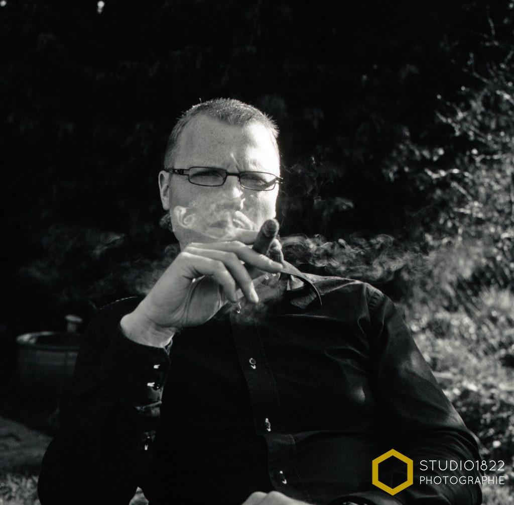 Photographe Lille portrait noir et blanc homme au cigare