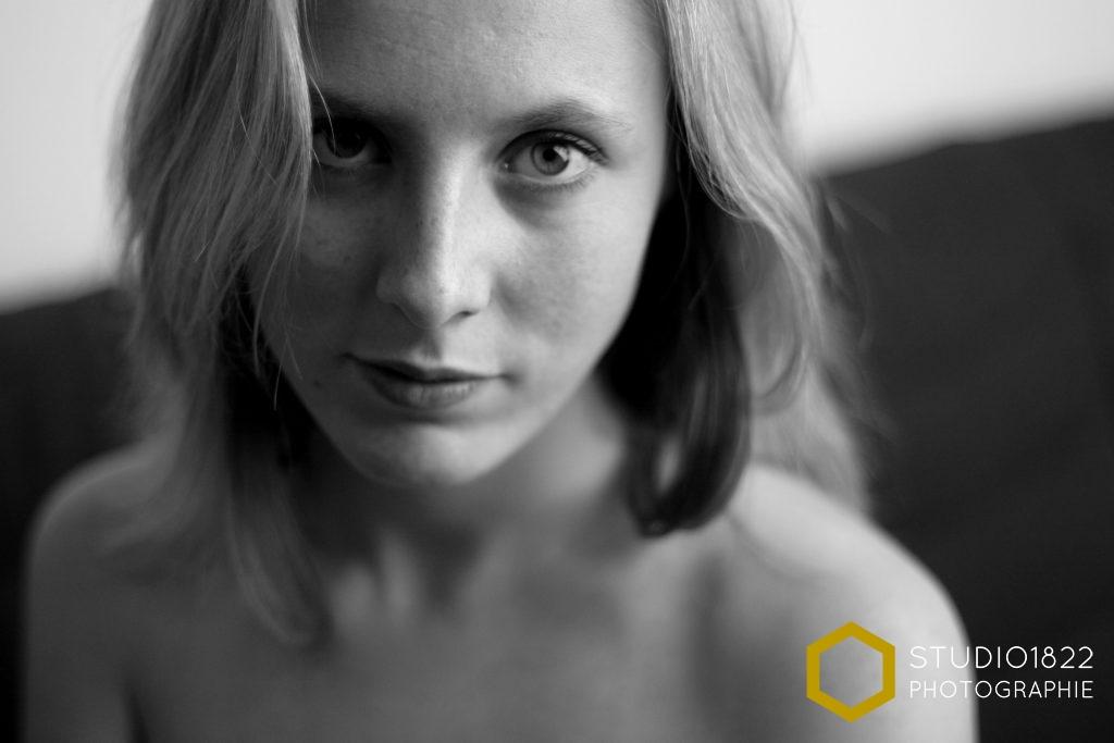 Photographe Lille Portrait de jeune femme épaules nues par photographe pro Lille