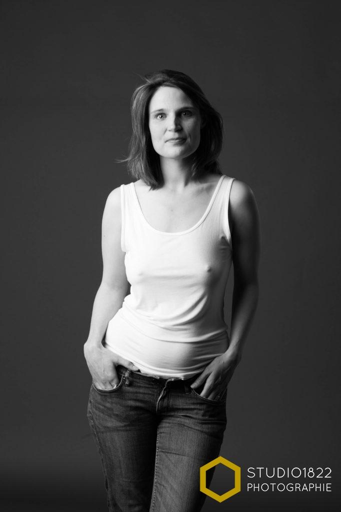 portrait sexy d'une femme en jean pris en studio à Lille