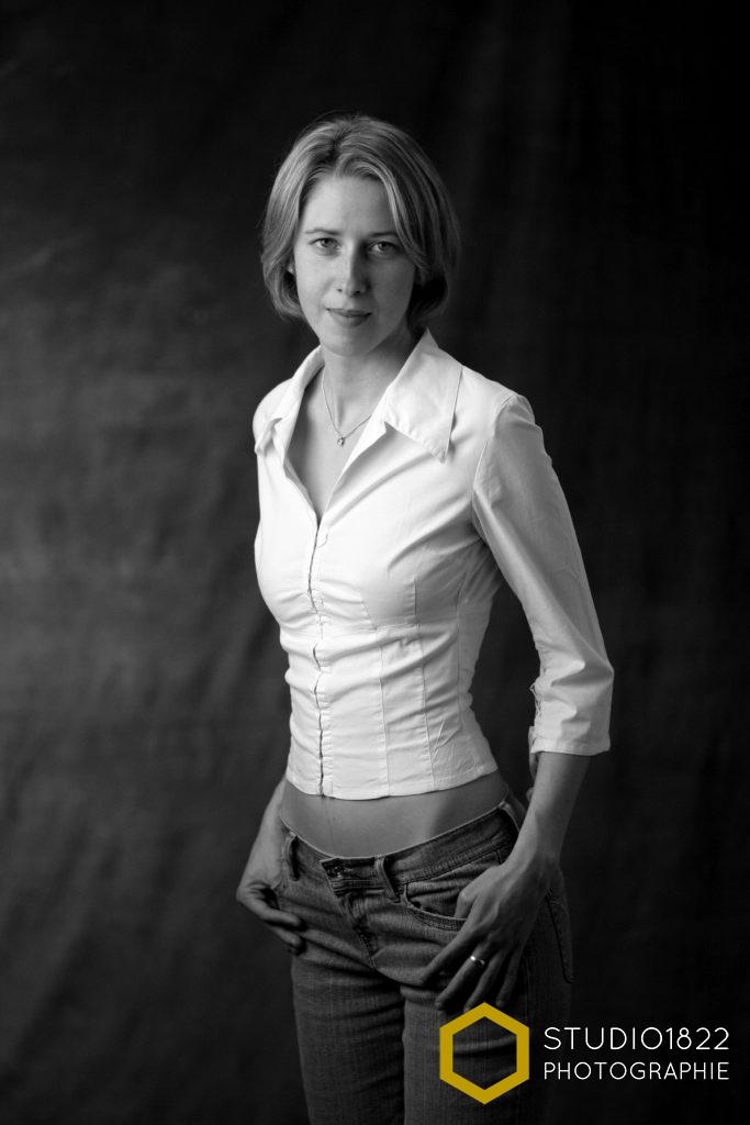 Photographe Lille portrait en chemise d'une jeune femme par photographe pro lille