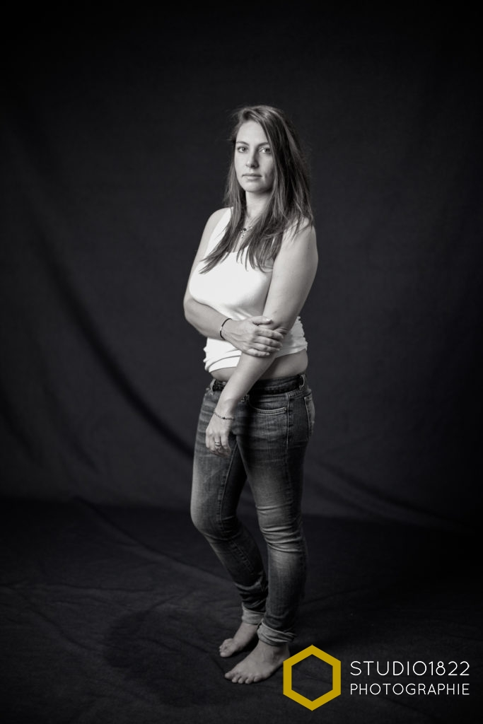portrait en studio d'une jeune femme en jean par photographe Lille