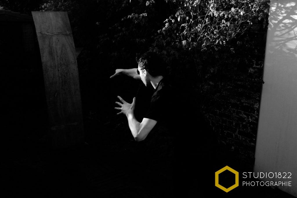 Photographe Lille Portrait en clair obscur d'un lanceur de couteaux