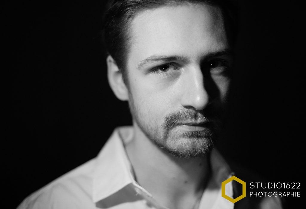 Photographe Lille Portrait d'un jeune homme en éclairage de studio