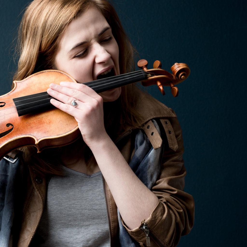 Portrait hors norme de la violoniste Lucie Helleboid par Studio 1822 photographe Lille