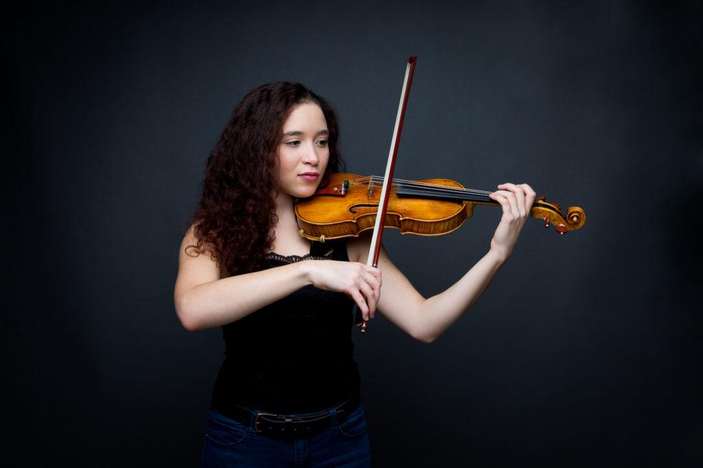 Portrait photo jouant du violon