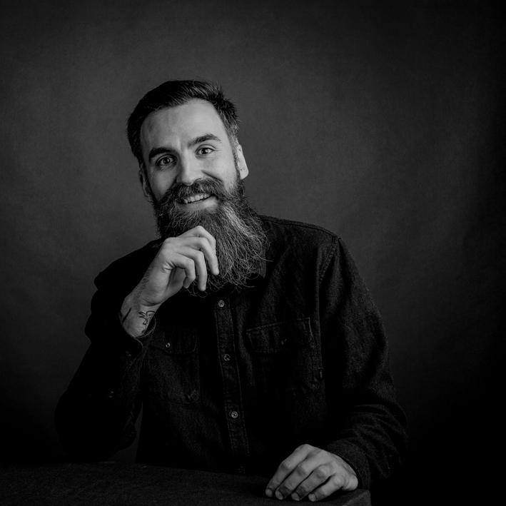 Portrait en noir et blanc d'un homme barbu