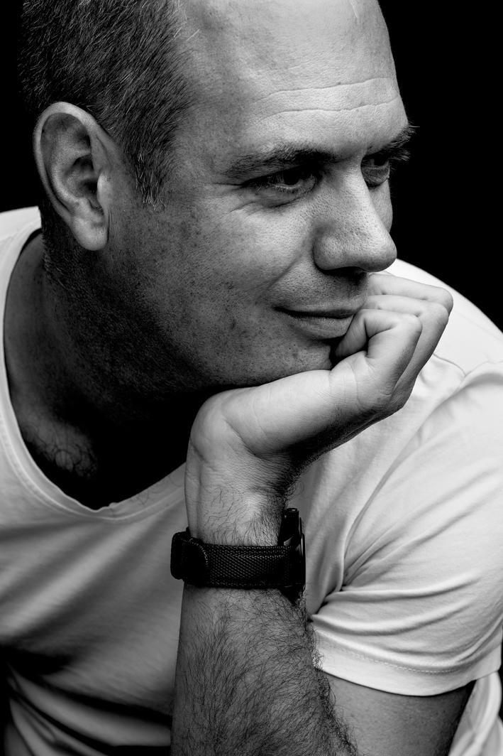 Portrait homme en noir et blanc en studio